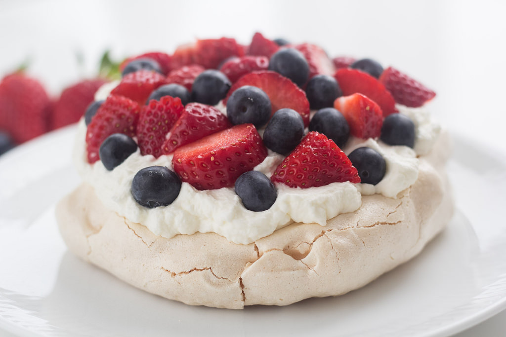 Pavlova with Strawberry and Blueberry | Easy recipe