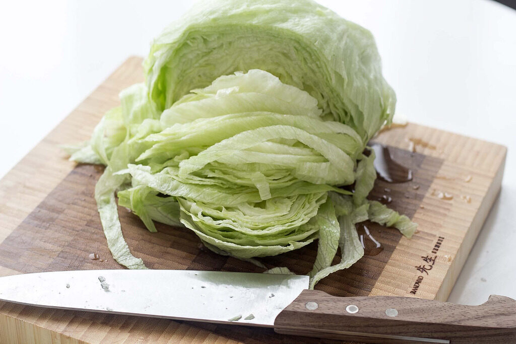 Guide How To: Clean and Cut Iceberg Lettuce the Fast Way