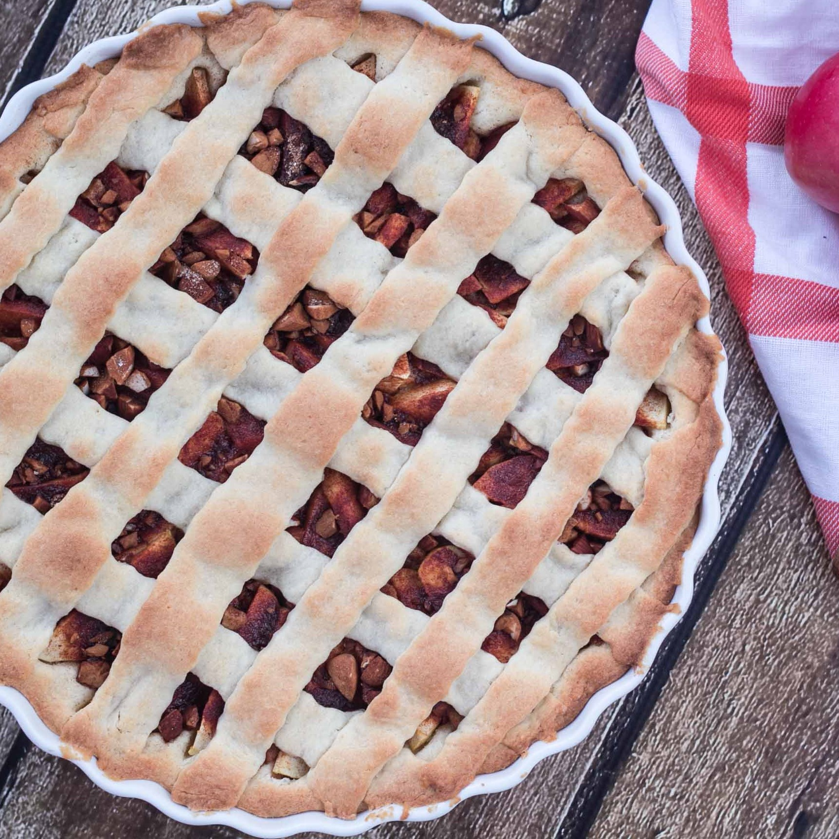 Recipe for Nordic Apple Pie with Cinnamon and Almonds
