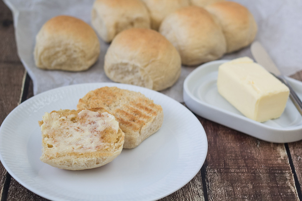 Recipe for Danish warm wheat buns / Buns (varme Hveder)