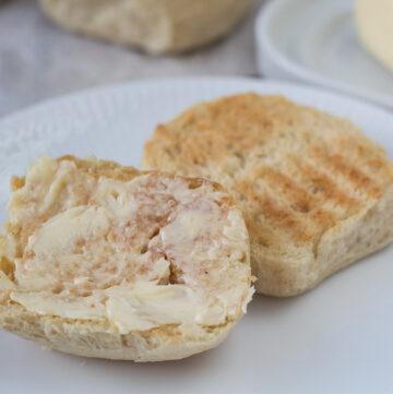 Recipe for Danish warm wheat buns (varme hveder)
