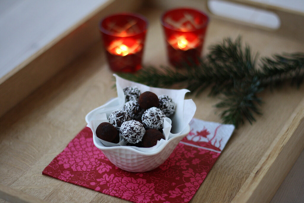 Recipe for Danish Cocoa Oat Balls (havregrynskugler)